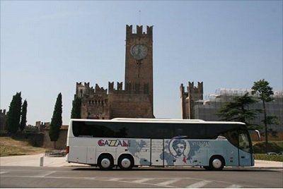 un'autobus davanti di Museo Del Castello di Verona