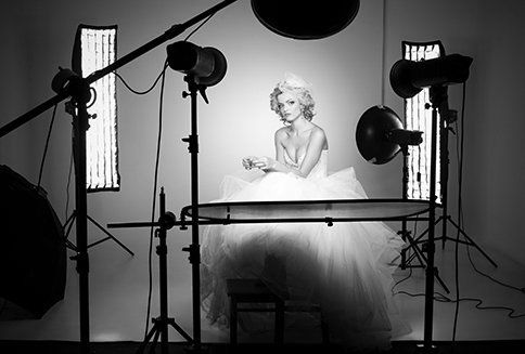 Studio delle luci su modella pronta per il suo book fotografico personale e professionale
