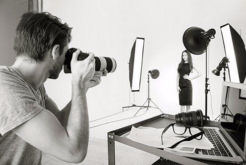 Il fotografo sta scattando la foto di una modella