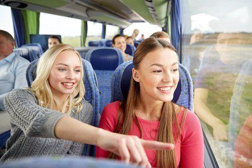 due ragazze su un autobus