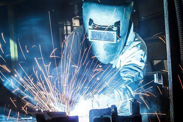 operaio con maschera protettiva saldatura dei metalli