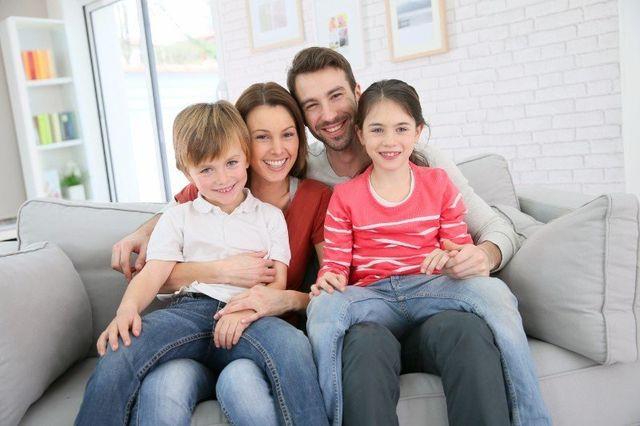 una famiglia seduta sul divano