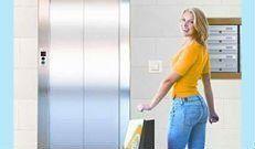 donna con pacchi dinanzi ascensore