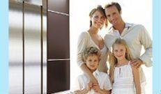 famiglia felice davanti ascensore