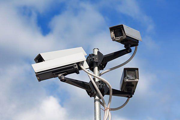 quattro telecamere di sicurezza che puntano in diverse direzioni