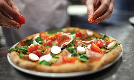 Preparazione della pizza al Ristorante Indiano Italiano San Marco a Castelfranco Emilia