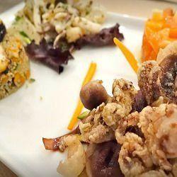 un piatto a base di pesce fritto