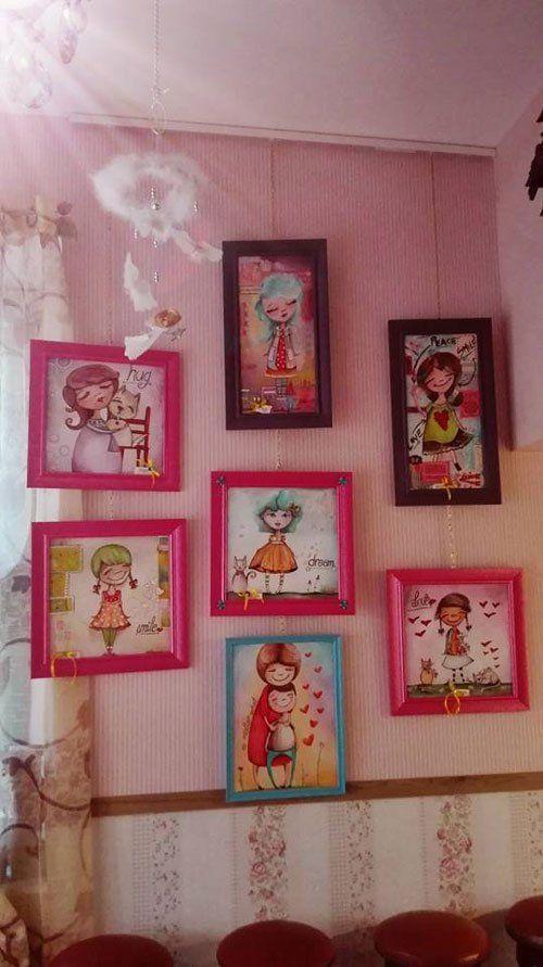 cornici a appese al muro di color rosa, marrone azzurro raffiguranti delle bambine stile disegno