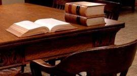 scrivania con una pila di due libri e un altro libro aperto