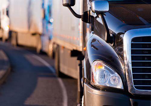 Vista frontale parziale di un camion