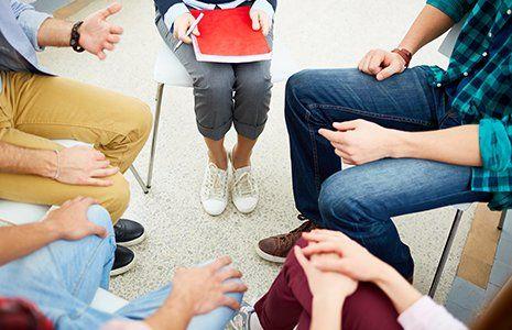 Uno stordimento giovane parlando con la terapeuta