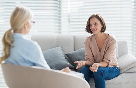 Una giovane a sfogarsi con la terapeuta