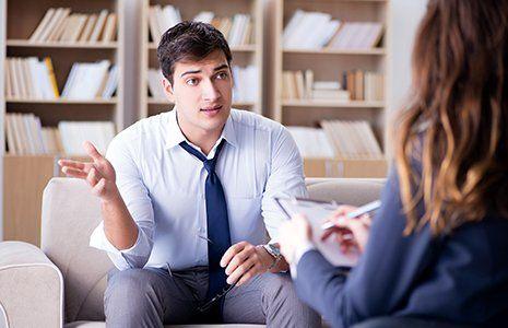 Terapeuta ascoltando una giovane paziente