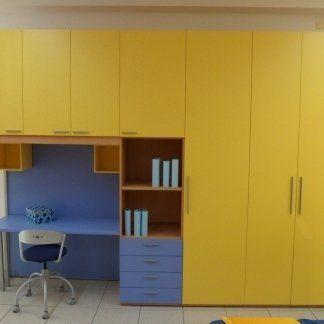 armadio giallo con scrivania blu e sedia