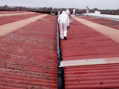 Professionisti a lavoro su un tetto per la rimozione dell'amianto