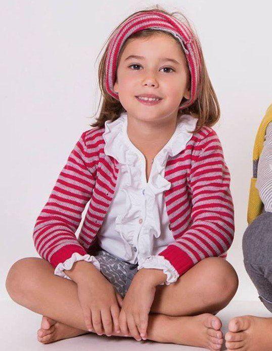 Bambina con abbigliamento informale