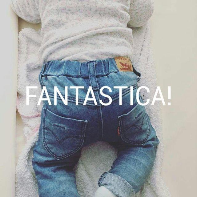 un bambino di spalle in jeans