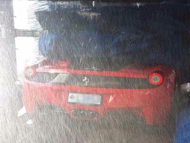 Ferrari tra le spazzole rotanti autolavaggio