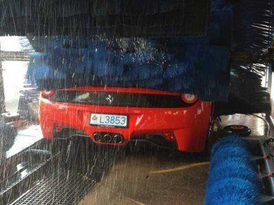 Ferrari rossa in autolavaggio