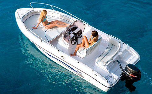 barca in mare con due ragazze