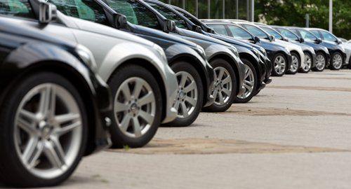 fila di macchine in autonoleggio