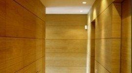 corridoio con rivestimento di legno