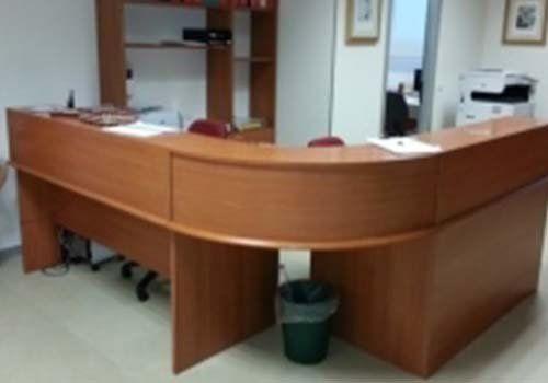 una scrivania in legno curva