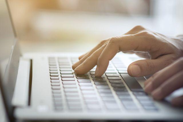 Primo piano di mani scrivono a computer