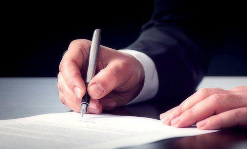 persona che sigla un contratto