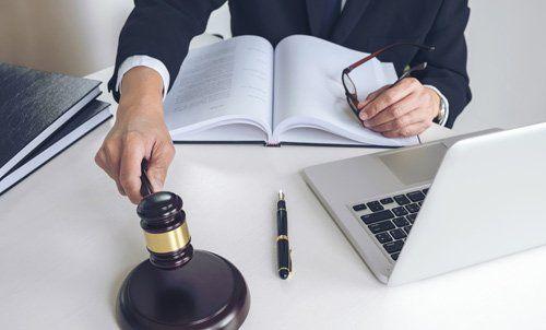 giudice con martelletto e computer