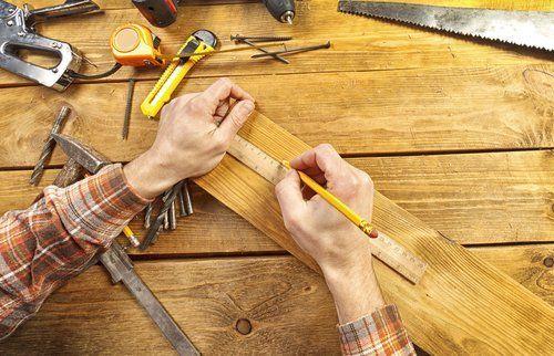 Falegname con utensili