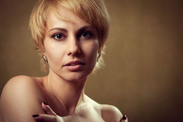 una donna con capelli biondi corti
