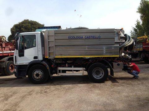 un camion degli spurghi con scritto Ecologia Castello