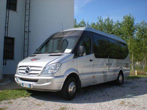 un piccolo pullman grigio metallizzato e vetri neri marca Mercedes