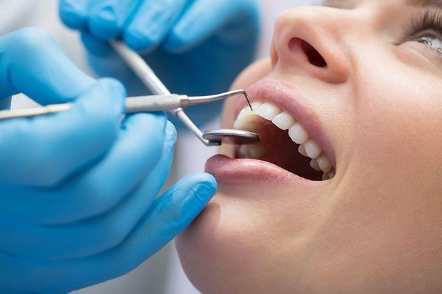 dentista che ispeziona denti
