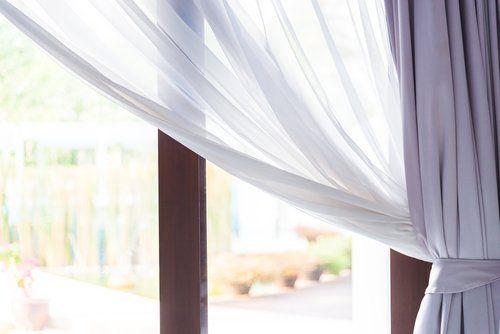 Dettaglio di finestra con tende