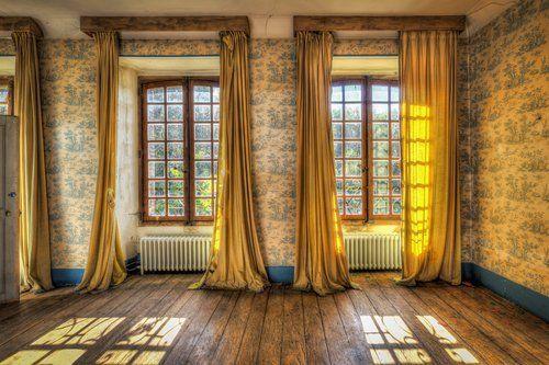 camera con ampie finestre e tendaggi verticali
