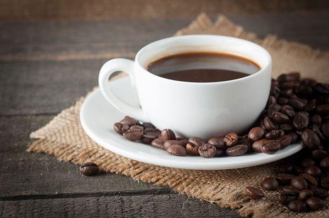 Tazza di caffè e fagioli su un fondo rustico