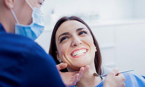 una donna durante una visita dal dentista