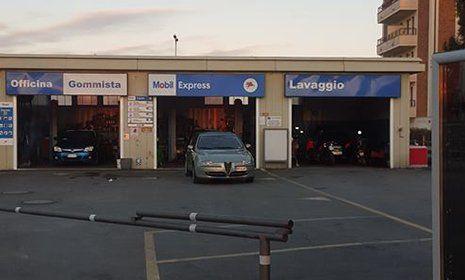 vista esterna dell` officina gommista e lavaggio autoriparazioni mobil 1 a Novara