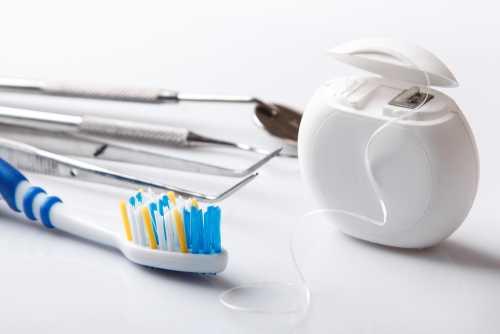 spazzolino da denti e fili interdentale
