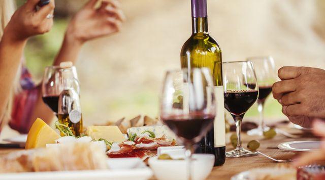 tavola imbandita con specialità del posto e vino rosso locale