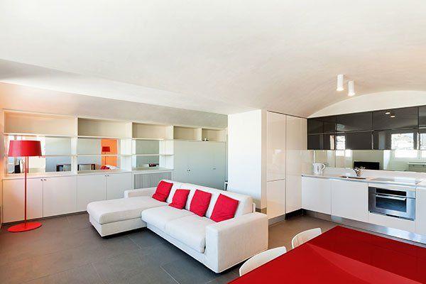 Appartamento moderno con mobili bianchi e rossi