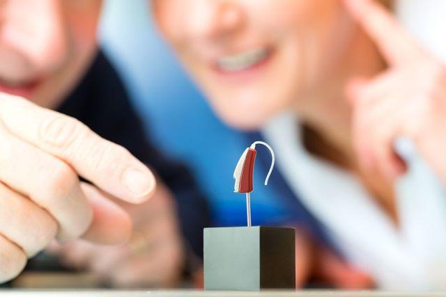 apparecchio acustico su un pideistallo