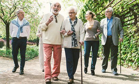 Un gruppo di anziani che passeggia