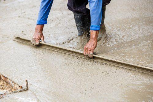 artigiano che ristruttura pavimento esterno