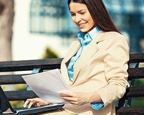 Giovane manager vestita  in giacca e camicia eleganti