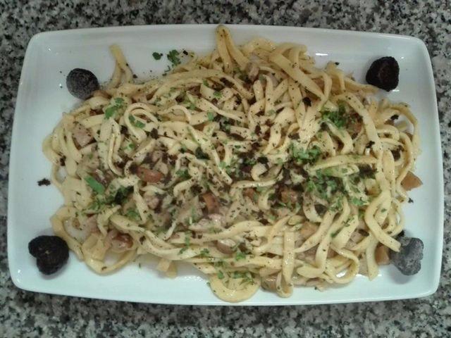 Penne con salsa di pomodoro e olive nere