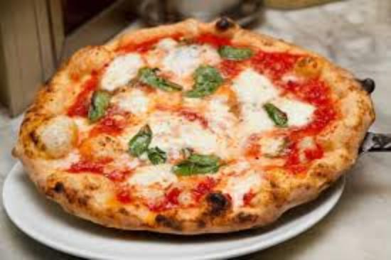 Pizza con mozzarella, pomodori freschi e rucola