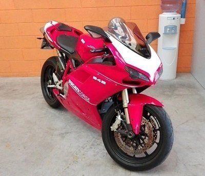 Una moto da strada Ducati